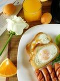 鸡蛋油煎了香肠 早餐咖啡概念煎的杯子鸡蛋 免版税库存图片