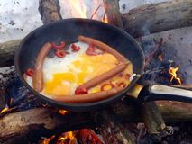 鸡蛋油煎了香肠 库存照片