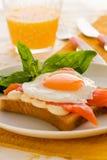 鸡蛋油煎的三文鱼 免版税库存图片