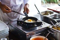 鸡蛋油煎的做 库存照片