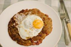 鸡蛋油煎的土豆rosti 库存图片