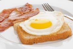 鸡蛋油煎的多士 免版税库存图片