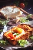 鸡蛋油煎的多士 免版税库存照片