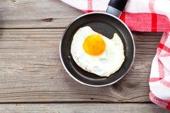 鸡蛋油煎的煎锅 免版税库存照片