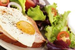 鸡蛋油煎的肝脏大面包 图库摄影