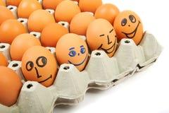鸡蛋激动在一个纸板箱的各种各样的在一白色backgro 免版税库存图片