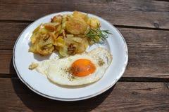 鸡蛋用油煎的土豆 库存图片