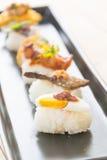 鸡蛋用虾酱调味汁寿司 库存照片