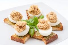 鸡蛋用装饰的蛋黄酱 免版税库存图片