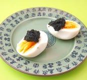 鸡蛋用鱼子酱 库存图片