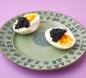 鸡蛋用鱼子酱 图库摄影