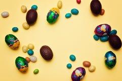 鸡蛋的一个惊人的形式 复活节彩蛋逗人喜爱的兔宝宝 滑稽的装饰,复活节快乐 免版税库存照片