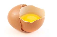 鸡蛋的一半用在白色背景的卵黄质 库存图片