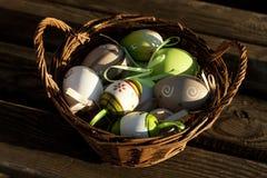 鸡蛋的不同的类型在一个篮子的木表面上 库存图片