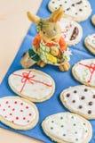 以鸡蛋的形式五颜六色的复活节家姜饼曲奇饼 图库摄影