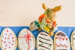 以鸡蛋的形式五颜六色的复活节家姜饼曲奇饼 免版税库存照片