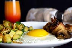 鸡蛋的晴朗的边用蘑菇和夏南瓜 图库摄影