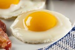 鸡蛋的有机Sunnyside 图库摄影