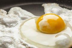 鸡蛋的有机Sunnyside 免版税库存照片