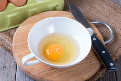 鸡蛋的美好的图片在一个白色碗的有搅打机的临近卵黄质 免版税库存照片