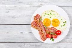 鸡蛋的晴朗的边用烟肉 免版税库存图片