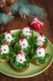 从鸡蛋的滑稽的鸡在与标志的圣诞节桌上 免版税图库摄影
