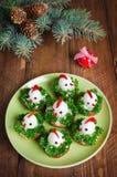从鸡蛋的滑稽的鸡在与标志的圣诞节桌上 库存图片