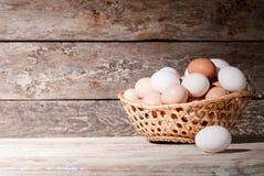 鸡蛋篮子在桌上的,在农场 库存照片