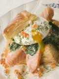 鸡蛋被偷猎的三文鱼枯萎了菠菜 库存照片
