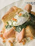 鸡蛋被偷猎的三文鱼枯萎的菠菜 库存图片