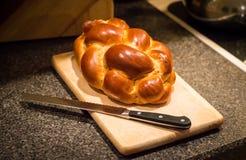 鸡蛋面包面包大面包与刀子的 库存图片