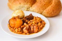 鸡蛋面包Shabbat面包和hamin或者cholent在希伯来语-安息日传统食物在白色桌上在厨房里 免版税库存照片