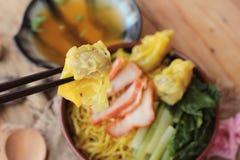 鸡蛋面用猪肉和饺子是可口的 免版税库存图片