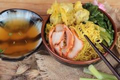 鸡蛋面用猪肉和饺子是可口的 免版税图库摄影