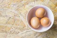 鸡蛋顶视图在碗的 库存照片