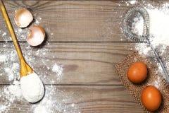 鸡蛋,在木桌上的面粉 减速火箭扫 库存图片