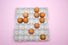 鸡蛋,在桃红色背景的鸡蛋 怂恿盘子 库存照片