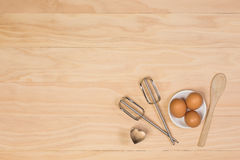 鸡蛋,木匙子、搅打机和曲奇饼切削刀 库存照片