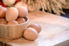 鸡蛋,糙米在木的面包店成份 库存图片