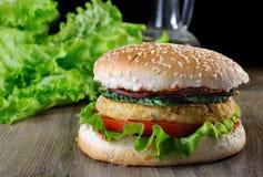 鸡豆或坚果汉堡一个简单和鲜美盘  库存照片