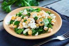 鸡豆沙拉用希腊白软干酪 免版税库存照片