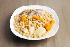鸡豆炖,从马德里的典型的西班牙盘 免版税库存照片