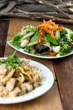 鸡面团和菜沙拉膳食在表上 库存图片