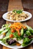 鸡面团和菜沙拉膳食在表上 免版税库存照片