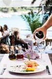 鸡食家和白葡萄酒 库存照片