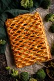 鸡饼用从油酥点心顶视图的硬花甘蓝 免版税图库摄影