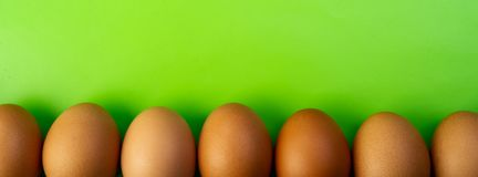 鸡鸡蛋在线在反对绿色背景 宴餐 图库摄影