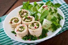 鸡滚动与绿色和新鲜蔬菜沙拉 图库摄影