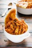 鸡fusilli意大利面食 烹调在从蕃茄的辣调味汁,葱,大蒜,烘干了牛至和麝香草、辣椒粉和橄榄油 免版税库存照片