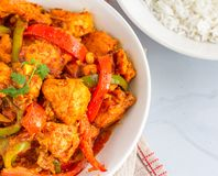 鸡jalfrezi印度咖喱用甜椒/辣椒的果实和蕃茄供食用米直接地上面照片 图库摄影